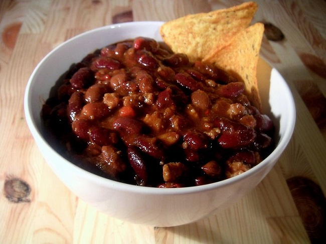 bowl-of-chili-con-carne-with-tortilla-chips