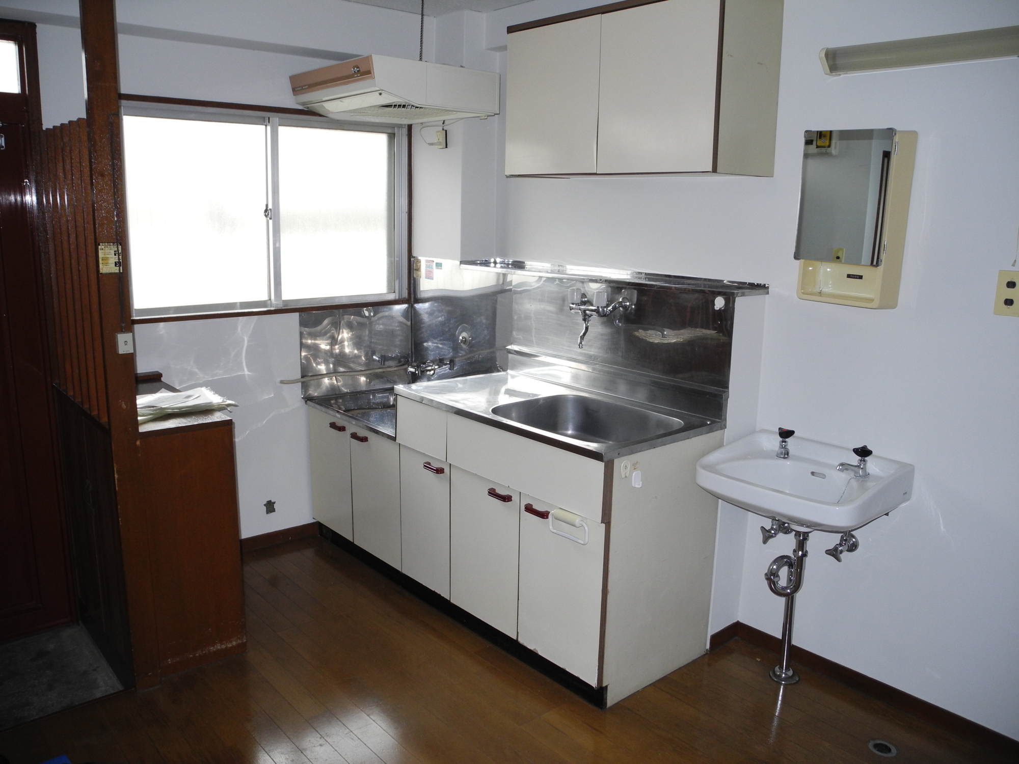 small-japanese-kitchen-and-entrance