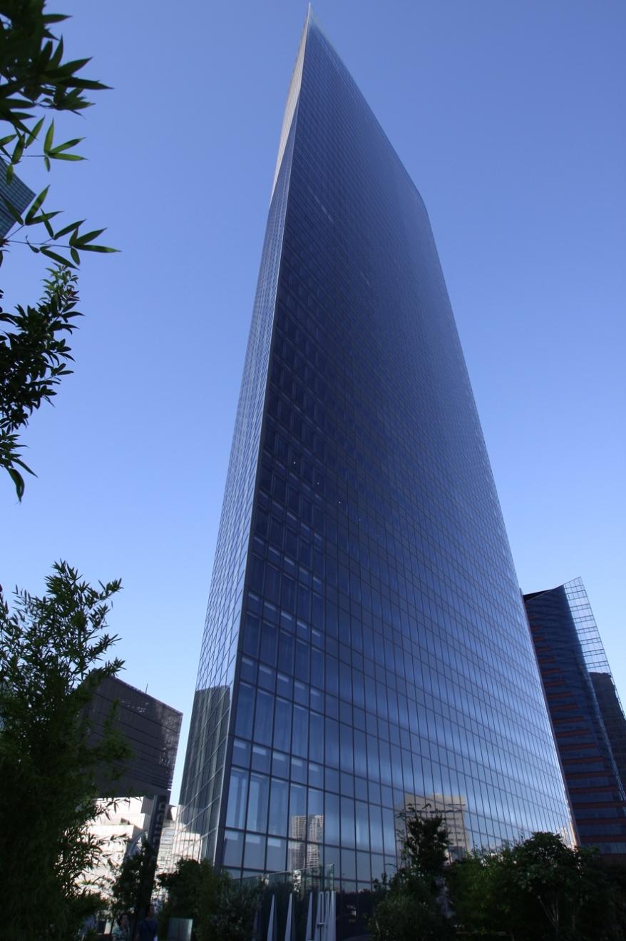 Caretta là một phức hợp 46 tầng bao gồm văn phòng, trung tâm mua sắm và nhà hàng
