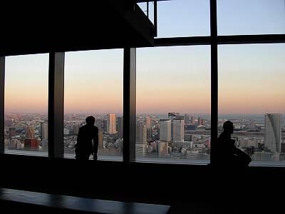 Từ Caretta bạn có thể ngắm nhìn toàn cảnh vịnh Tokyo và cầu Cầu Vồng dẫn đến thành phố mới Odaiba.