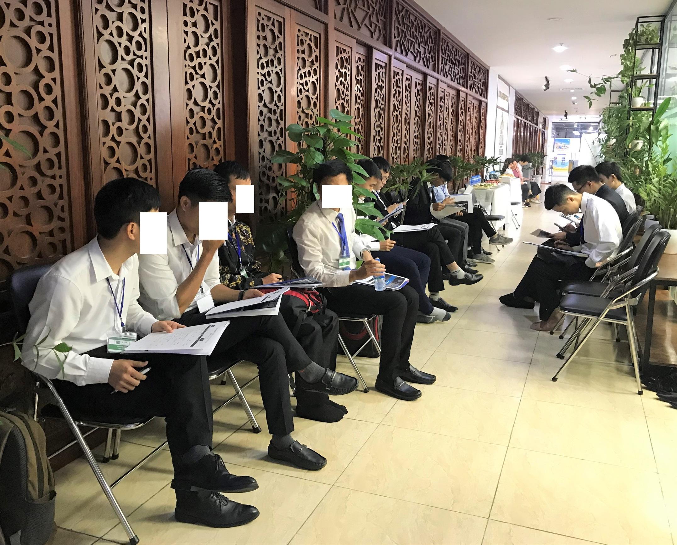 Các bạn ứng viên đang hồi hộp chờ đến lượt phỏng vấn của mình